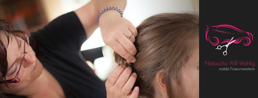 Feststecken der Haare für die Steckfrisur.