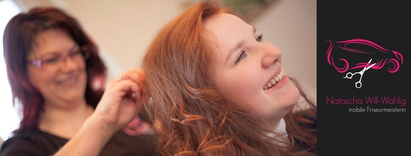 Friseurin und Kundin mit fast fertig gestylten Haaren lachen. Mit Firmenlogo.